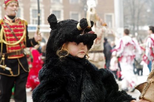 Момиченцето-мечок