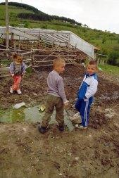 Дечица давят калинки