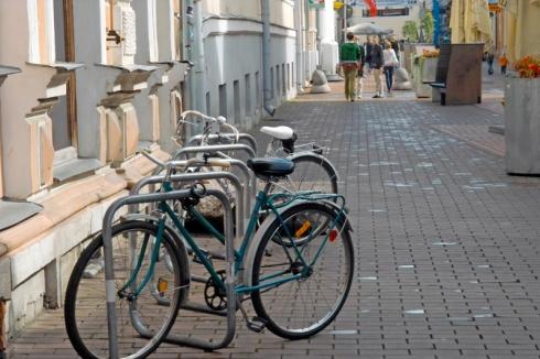 Тарту, Естония. Централна улица. Всички карат големи и красиви велосипеди.