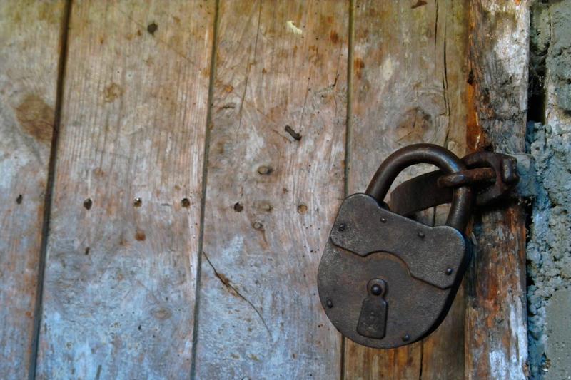 Катинарът държи старата врата изправена
