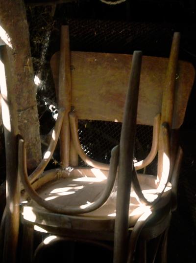 Старият стол вече не го държат нозете