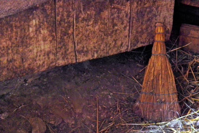 Метлата и караконжулът живеят зад вратата