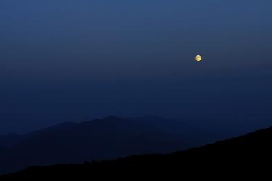 Луната спи