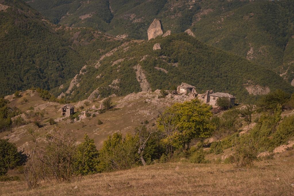 Над махалата Мумджидам се вижда Саръ кая (жълтата скала).