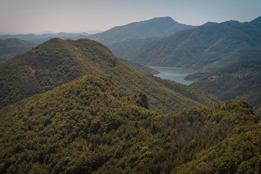 Поглед от връх Гьомдеш, към язовир Боровица.