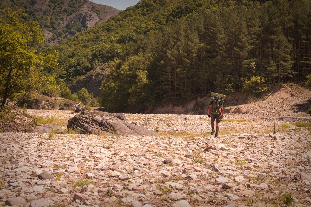 Преходът по изпепеленото от слънцето каменно корито на Коджа дере.