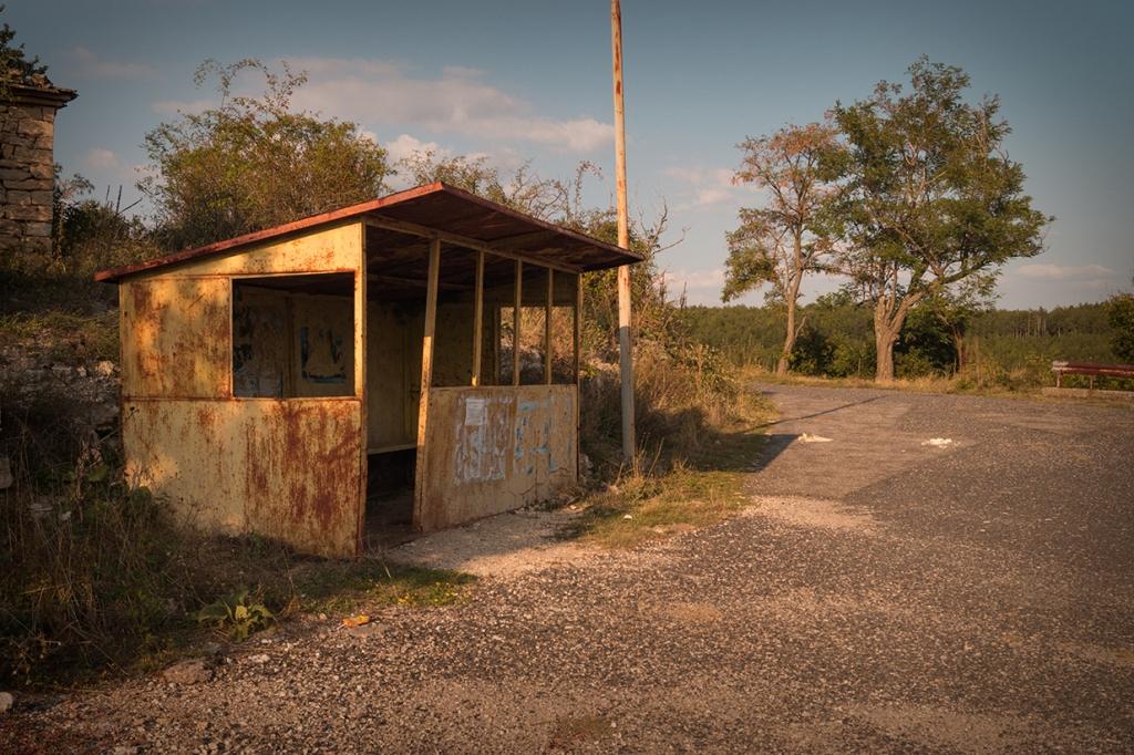 Самотна автобусна спирка в село Скална глава.